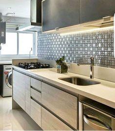 Revestimento lindo dessa cozinha, quem souber a autoria avisa nós comentários  | @decoreinteriores