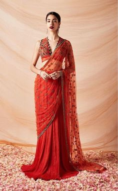 From Traditional to Stylish: Best Karva Chauth Outfit Ideas for Newlyweds - Saree Styles Sari Design, Diy Design, Saree Blouse Patterns, Saree Blouse Designs, Modern Blouse Designs, Net Saree Blouse, Red Saree, Bollywood Saree, Blouse Dress
