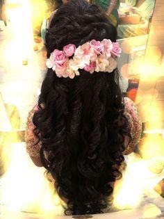 33 new ideas for flowers in hair for wedding romantic curls - Frauen Haar Modelle Engagement Hairstyles, Indian Wedding Hairstyles, Bride Hairstyles, Headband Hairstyles, Mermaid Hairstyles, Saree Hairstyles, Trendy Hairstyles, Bridal Hair Half Up Medium, Headband Curls