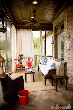Terraza cubierta con iluminación, asientos, alfombra natural y cortinas