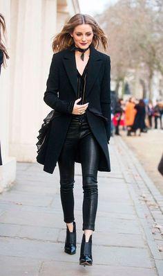 Olivia Palermo usa look all black com calça de verniz + blazer alongado.