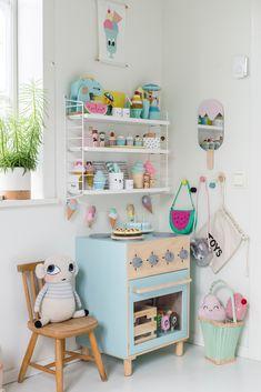 Leksakskök hemma hos Millie. #kidsroom #barnrum #playroom #kidsinterior #playkitchen Colorful Interior Design, Interior Design Inspiration, Colorful Interiors, Scandinavian Kids, Kidsroom, Girls Bedroom, Baby Toys, Playroom, Diy Furniture