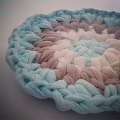Trapillo T-shirt yarn potholder    By OsaEinaim תחתית לסירים מחוטי טריקו    עושה עיניים http://slowknit.wordpress.com/