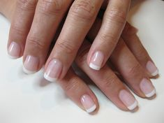 The advantage of the gel is that it allows you to enjoy your French manicure for a long time. There are four different ways to make a French manicure on gel nails. Natural Looking Acrylic Nails, Natural Nails, Natural French Manicure, French Nails, French Manicure Gel Nails, Gel Manicures, French Acrylic Nails, Gorgeous Nails, Pretty Nails