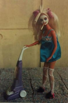After years of Barbie being so perfect, I really enjoy seeing her in a less glamorous life. Barbie Funny, Bad Barbie, Barbie Life, Barbie World, Barbie And Ken, Barbie Dream, Funny Profile Pictures, Reaction Pictures, Funny Pictures