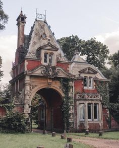 A beautiful gatehouse in the New Forest, Cornwall (@monalogue)