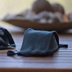 Fler BLOG | emilywa / Jak ušít roušku bez střihu Sewing Hacks, Fabric Crafts, Blog, Throw Pillows, Zero Waste, Couture, Scrappy Quilts, Sewing Projects, Hairdos