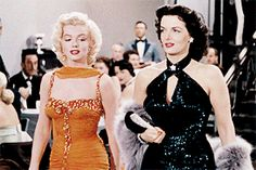GIF Marilyn Monroe caminando junto a Jane Russell at Grauman's Chinese Theater, June 26, 1953.