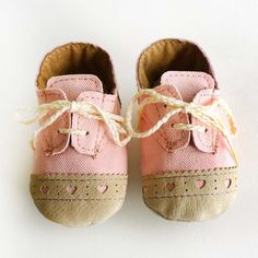 Baby Shoes Boy or Girl Baby Pink Canvas with Brogued par ajalor, $32,00