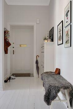 suelo laminado blanco muebles de ikea inspiración casas estilo sueco decoración estilo nórdico diseño de interiores decoración escandinava d. Hallway Inspiration, Decoration Inspiration, Interior Inspiration, Interior And Exterior, Interior Design, Entry Hallway, White Hallway, Hallway Bench, Entryway