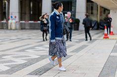 Pin for Later: Diese Jeansjacken sind der beste Begleiter im Sommer Street Style: Oversize Jeansjacken Tina Leung