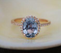 Anillo de compromiso oro color de rosa por Eidelprecious. Anillo de compromiso de zafiro.  Este anillo presenta un óvalo de 2,5 ct zafiro que la piedra es increíble - cristalina y hermosa. Es una piedra natural con un no tratadas, muy rara. El color es gris azulado con insinuación de lavanda. ¡