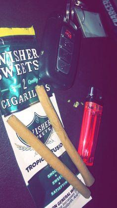 👑 pinterest: @qqueennvee Night Aesthetic, Bad Girl Aesthetic, Girl Smoking, Smoking Weed, Whatsapp Text, Smoke Photography, Stoner Art, Gangsta Girl, Puff And Pass