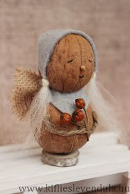 Actually, they& not quite elves, because they could be just as angels . Ornament Crafts, Christmas Projects, Fall Crafts, Christmas Diy, Christmas Crafts, Christmas Decorations, Diy Crafts, Walnut Shell Crafts, Pista Shell Crafts