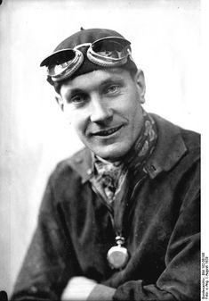 """Hans Stuck (* 27. Dezember 1900 in Warschau; † 9. Februar 1978 in Grainau) war ein deutsch-österreichischer Automobilrennfahrer. Hans Stuck ging als """"der Bergkönig"""" in die Motorsportgeschichte ein, weil er besonders bei Bergrennen sehr viele Erfolge erzielte. Er galt zudem als Prototyp des Herrenfahrers."""
