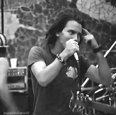 Eddie Vedder | quem mais pode ser tão gostosa quando eles estão apenas empurrando o cabelo para trás?