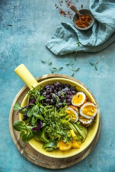 Bean salad with spicy egg recipe Bean Salad, Frisk, Egg Recipes, Ramen, Chili, Spicy, Beans, Ethnic Recipes, Food
