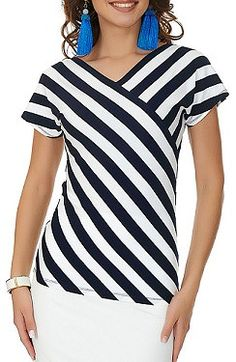 I love the stripe placement, as opposed to stripes in one direction in the yoke and the other direction for the rest. veil Source by. Sewing Blouses, Mode Plus, Blouse And Skirt, Blouse Vintage, Corsage, Striped Dress, Blouse Designs, Blouses For Women, Casual Outfits