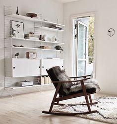 String Regalsystem mit 9 weißen Fachböden und 2 Schrankelementen – ein luftiges Bücherregal von Nisse Strinning für das Wohnzimmer im skandinavischen Design; Foto: Scandinavianlovesong