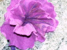 Bild 9  Blüte ausformen, styling und zum trocknen legen. Ein Essigbad lässt die Seifenreste loswerden. FERTIG. Viel Spaß beim Filzen! wünscht Lohmi