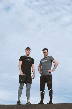 Inspiration and ideas for workout outfits, ideal for the gym, weight training, outdoor workouts and competition. Joggers and t-shirts can also be worn for casual men's style for an on-trend look Gym Style, Men's Style, Outdoor Workouts, Gym Leggings, Workout Outfits, Gym Wear, Sport Wear, Weight Training, Joggers