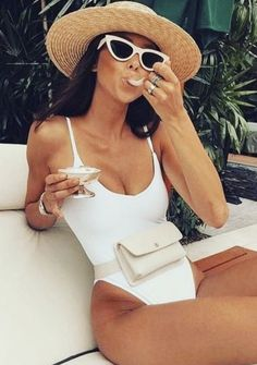 one piece swimsuit + fanny pack + retro sunglasses + straw hat outfits for the beach Outfit Strand, Pool Party Outfits, Pool Party Fashion, Kylie, Foto Casual, Men Casual, White One Piece, Neue Outfits, Stuck