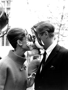 Audrey Hepburn and George Peppard goofing around during the production of Breakfast at Tiffany's in New York City, 1960. 10 3