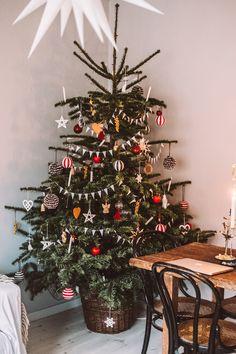 ikea weihnachten Old school tree - Christmas Feeling, Merry Little Christmas, Noel Christmas, Winter Christmas, Christmas Crafts, Christmas Tree In Basket, Xmas Tree, Christmas Tables, Ikea Christmas Tree