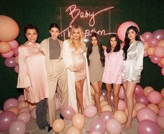Momager Chris Jenner with her daughters Kendall Jenner, Khloé, Kim, Kourtney Kardashian & youngest Kylie Jenner Kourtney Kardashian, Khloe Kardashian Baby Shower, Kim And Kourtney, Kardashian Family, Kardashian Style, Kardashian Jenner, Kendall And Kylie, Kardashian Workout, Kardashian Fashion
