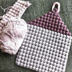 Et spændende mønster: Boble Stitch Crochet Potholders, Crochet Toys, Crochet Fall, Knit Crochet, Tunisian Crochet Patterns, Yarn Bag, Bobble Stitch, Crochet Home Decor, Crochet Kitchen