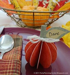 Make Your Thanksgiving Table Look Fantastic With a Free Centerpiece: Pumpkin Printable from Party Planning Center Free Thanksgiving Printables, Thanksgiving Place Cards, Thanksgiving Centerpieces, Thanksgiving Parties, Thanksgiving Crafts, Fall Crafts, Thanksgiving Graphics, Diy Crafts, Table Centerpieces