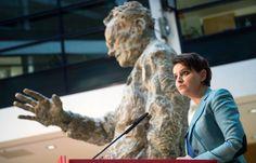 """VIDÉO - Najat Vallaud-Belkacem, la ministre de l'Éducation nationale, organise ce mardi 9 février une journée d'étude sur le thème : """"Réagir face aux théories du complot"""", qui réunit 300 chercheurs, professeurs, psychiatres et lycéens."""