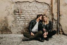 Rome Wedding Photographer // Portraits from a session in Rome and Chianti Italy set in a castle and in the streets of Trastavere Casual Engagement Photos, Engagement Photo Outfits, Engagement Photo Inspiration, Engagement Session, Urban Family Photography, Couple Photography Poses, Couple Photoshoot Poses, Couple Shoot, Couple Posing