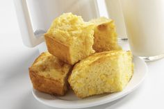 Cornbread with corn is a great variation on the basic corn bread recipe. You can make it with fresh corn, and frozen or canned will work too. Cornbread With Corn, Sweet Cornbread, Cornbread Recipes, Good Food, Yummy Food, Baking Recipes, Healthy Recipes, Oven Recipes, Pastry Recipes