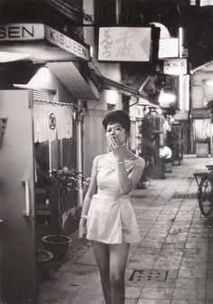a man with a past — Tokyo, Mario de Biasi. Italian, born in 1923 Japanese History, Japanese Culture, Modern History, Old Pictures, Old Photos, Vintage Photographs, Vintage Photos, Fan Ho, Showa Era