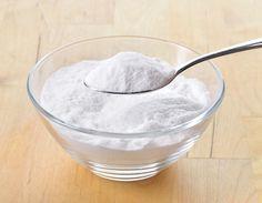 <p>Soda oczyszczona to jedna z naturalnych substancji powszechnie używanych w gospodarstwie domowym. Ma wiele zastosowań - poznaj 10 sposobów użycia sody oczyszczonej. Doskonale nadaje się jako środek do sprzątania.</p>