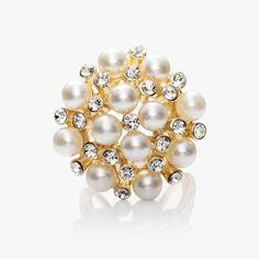 Luxusná spona Kytica periel ponúka zhluky perál, ktoré sa striedajú so žiarivými kamienkami a tvoria dokopy kyticu. Táto spona je vyrobená z pozlátenej zliatiny. Obsahuje trojprstenec aby sa dala prevliecť a naaranžovať na hodvábnu šatku alebo hodvábny šál. Tento fantastický módny doplnok dodá každému oblečeniu šmrnc a rafinovanosť. http://www.malovany-hodvab.sk/