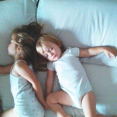These two #little #girls pushed me out of the #bed. I slept at the foot of the bed maybe 3 or 4 hours and this is what I saw when I opened my #eyes  Stanotte queste due #bambine hanno preso il mio posto, io sono finita ai piedi del #letto dove ho dormito circa 3 o 4 ore e questo è quello che ho visto appena ho aperto gli #occhi ❤ #ninakina
