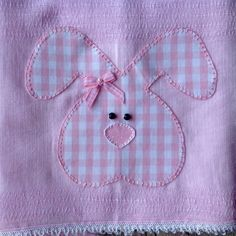 Kit com 2 fraldas de pano com bordado em patchwork.    Fralda cremer 100% algodão. Baby Applique, Baby Embroidery, Applique Embroidery Designs, Applique Patterns, Sewing Patterns, Somebunny Loves You, Felt Animal Patterns, Patch Aplique, Baby Girl Blankets