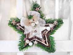 Sternkranz zu Weihnachten selber machen mit Anleitung. Tanne, Weide, Leinen und Dekorationen in Naturfarben benötigt ihr zum Basteln
