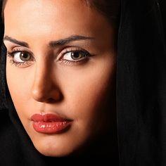 """از شبنم عشق خاك آدم گِل شد صد فتنه و شور در جهان حاصل شد چون نشتر عشق بر رگ روح زدند يك قطره از آن چكيد و نامش دل شد. """"باباافضل"""" #elnazshakerdoost#iranian#actress"""