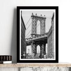 Η γέφυρα του Μανχάταν όπως φαίνεται από τους δρόμους της πόλης σε ασπρόμαυρο poster που είναι ιδανικό για το βιομηχανικό στυλ διακόσμησης που θέλετε. #cityposter #mapposter #Manhattansbridgeposter #γέφυρατουΜανχάταν #Manhattansbridge
