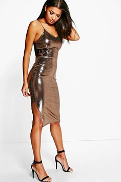 Ah, leather dresses. These body-hugging, black-as-night, sexy-as-hell outfits are making a comeback and you can bet your LV bags that […] Tight Dresses, Satin Dresses, Sexy Dresses, Pleated Midi Dress, Dress Skirt, Bodycon Dress, Mode Outfits, Sexy Outfits, Sexy Rock