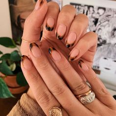 Tortoise shell nails have been coming up more and more, recently so we decided t.,Tortoise shell nails have been coming up more and more, recently so we decided to gather a round up of inspiration pics to get in on this manicure tre. Nagellack Trends, Fire Nails, Minimalist Nails, Minimalist Makeup, Minimalist Fashion, Dream Nails, Cute Acrylic Nails, Glitter Nails, Rounded Acrylic Nails