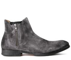 Adding a Hudson twist on the normal Chelsea boot, Mitchell has just expanded the range of the in-trend boot for any man of today. A casual boot with its uniquely finished uppers, have had its elasticated sides hidden behind zipped detailing. Sitting on a sole made for longevity, team with baggy rolled up jeans for that casual about town look.