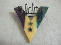 Vintage-1940s-WWII-Bakelite-V-for-VICTORY-Brooch-Pin-Red-White-Blue-Patriotic