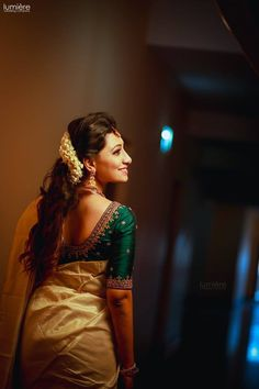 Shopzters is a South Indian wedding site Kerala Saree Blouse Designs, Wedding Saree Blouse Designs, Half Saree Designs, Saree Blouse Neck Designs, Fancy Blouse Designs, Set Saree Kerala, Kerala Wedding Saree, Indian Wedding Poses, Kerala Bride
