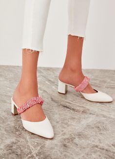 Beyazın duru sadeliği kırmızının canlılığıyla buluşunca! Shoes, Fashion, Zapatos, Moda, Shoes Outlet, La Mode, Shoe, Fasion, Footwear