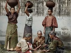51 Old Colorized Photos Reveal The Fascinating Filipino Life Between 1900 - 1960 Philippines Dress, Philippines People, Philippines Culture, Manila Philippines, Cultura Filipina, Filipino Tribal, Filipino Art, Filipiniana Dress, Filipino Fashion