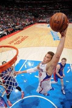 MARCH 10: Blake Griffin #32 of the Los Angeles Clippers rises for a dunk against the Detroit Pistons